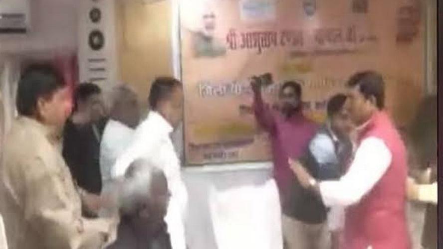 درگیری دو سیاست مدار هندی جنجال آفرین شد