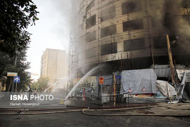 تداوم مسائل هتل آسمان برای شیراز، آتش نشانان یکی از کانونهای آتش را درطبقات زیرین هتل یافته اند