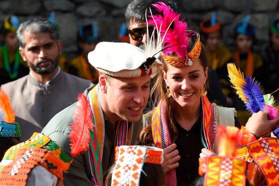 شاهزاده ویلیام و همسرش با پوششی متفاوت در مسجد تاریخی پاکستان ، تصاویر پاکستان گردی نوه ملکه انگلیس و همسرش با پوشش سنتی