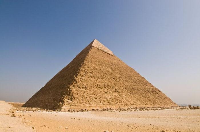 چرا نوک هرم بزرگ جیزه مصر درخشان و نورانی ساخته شده بود؟