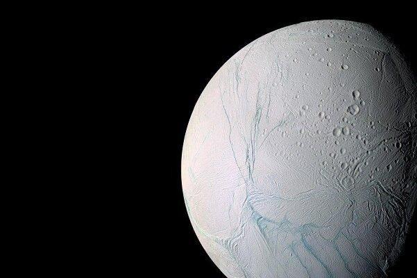 راز نوارهای سطح ماه زحل معین شد
