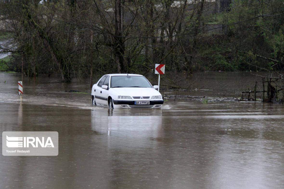 خبرنگاران جاده بروجرد - اشترینان بر اثر سیلاب بسته شد