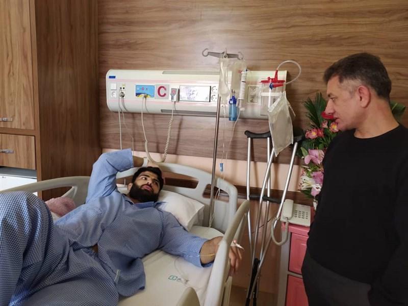 عیادت سرمربی تیم ملی کشتی آزاد از شاگردش، محمدی: جراحی بهترین تصمیم برای کریمی بود