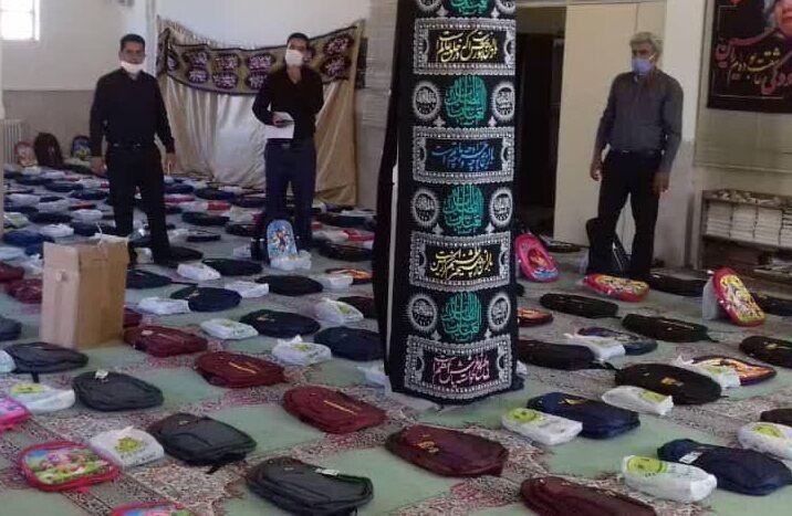 خبرنگاران کمیته امداد رفسنجان بین دانش آموزان بسته فرهنگی توزیع کرد