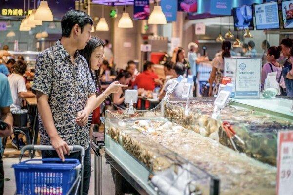 گارسون رباتیک غذای مشتریان را سرو می نماید
