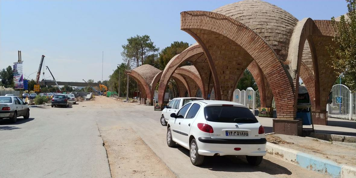 آنالیز تخریب سردر دانشکده فنی دانشگاه شهید باهنر به وسیله لایو اینستاگرامی