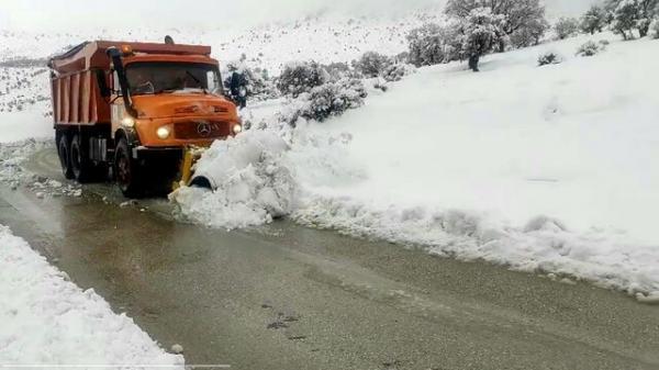 تردد کُند در برخی محورهای مواصلاتی کهگیلویه و بویراحمد بعلت بارش برف